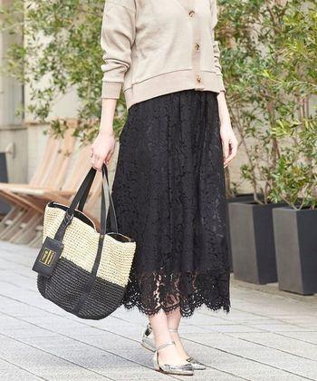 黒のギャザーレーススカートは大人の女性にもオススメのアイテム。ピンクベージュなどぺールカラーのカーデイガンとの相性も抜群です。足元にシルバーを持ってくることで、オシャレ感がグッとアップします。