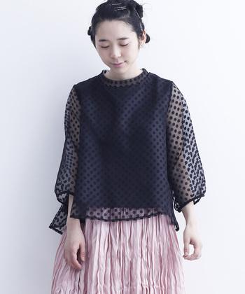 今期注目のシアーな素材とドット柄を組み合わせた大人可愛いトップス。ピンクのシワ感のあるフレアスカートなど、雰囲気たっぷりに異素材ミックスコーデが楽しめます。
