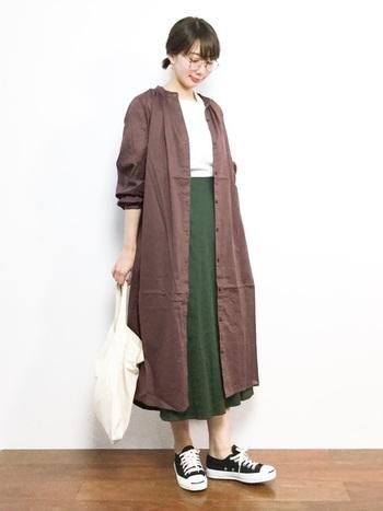 【春コーデ】  前開きワンピースは、春は思いっきり羽織りとして楽しんでみても良いかもしれません!絶妙なとろみ感がある素材なので、ちょっと渋めのカラーでも上品な趣のスカートを合わせれば素敵な色合わせのコーデになります。