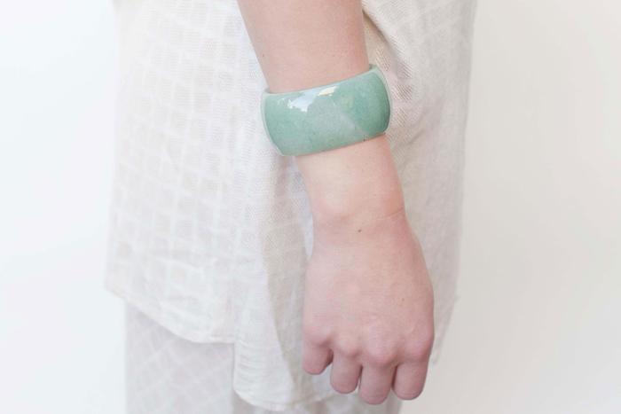 石そのものを肌に身につけるというコンセプトで作られた、「SASAI(ササイ)」のストーンバングル。太めで存在感があり、ちょっぴりポップな表情が◎。イライラや不安を抑えると言われているグリーンアベンチュリンを身につければ、癒しの効果も期待できそうです。