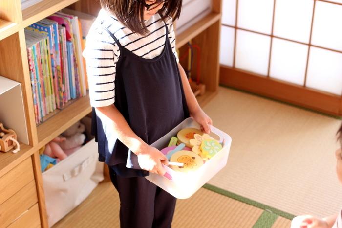 小さなお子様がいるお宅では、おもちゃの収納に頭を悩ませる方も多いのではないでしょうか…。 ミニカー、おままごと、ブロック…などカテゴリーを設けて、小分けにして収納すると、お子さまだけで持ち運ぶことも出来るので、おすすめです! こちらは、取っ手付きのダイソーの積み重ねボックス。シェルフやカラーボックスなどと組み合わせて使うと、とても便利です。