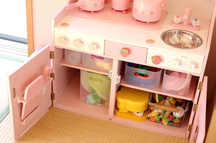 おままごとのキッチン扉の中もこのとおり!見た目にもスッキリで、取り出しやすく、これなら自分達で楽しくお片付けしてくれそうですね!
