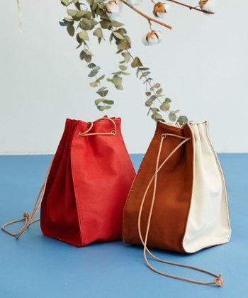 ころんとした形がキュートな巾着バッグは、持ち手が長いのでショルダーバッグとして使うのがぴったり。もちろん短めに結んで、手持ち用にアレンジしてもOKです。意外とマチが広いので、お弁当などを入れても傾く心配がありません。