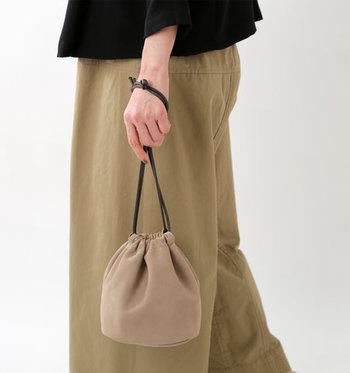 大き過ぎず小さ過ぎない、ほど良いサイズ感が魅力的な巾着バッグ。レザー素材とベージュで作られた上品なデザインで、どんなコーディネートにも馴染みやすいアイテムです。