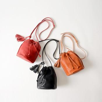 上質なレザーを使って、リッチ感溢れる巾着バッグに仕上げたアイテム。ベーシックなカラー展開で、どんなスタイリングにも合わせやすいデザインも◎