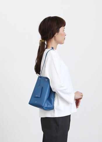 イタリア製のレザーを使用した、上質な印象を与えるブルーの巾着バッグ。底が四角になっているので、見た目以上に収納力の高いアイテムです。持ち歩く荷物が少ない大人女子に、ぜひおすすめしたい巾着バッグですね♪