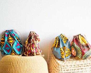 シンプルコーデのアクセントに使いたい、東アフリカのプリント生地を採用した巾着バッグです。カラフルでエキゾチックなデザインは、いつものデイリーコーデをグッと格上げしてくれます。
