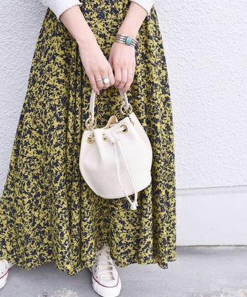 白のシンプルな巾着バッグは、付属のチェーンショルダーが取り外し可能。ハンドバッグとしてもショルダーバッグとしても使える、嬉しい2way仕様になっています。