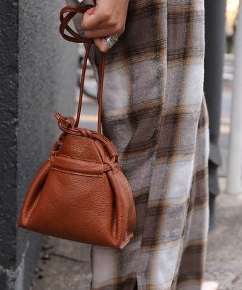 本革を使用して作られた巾着バッグは、シンプルながらも洗練された雰囲気のあるデザインが◎。マシュマロレザーとも呼ばれるとても柔らかいレザーで作られているので、経年変化も楽しみの一つですね♪