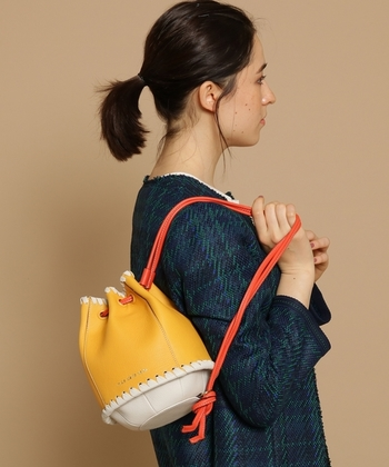 """イタリア語で""""小舟""""という意味を持つ""""barchetta(バルケッタ)""""というシリーズの巾着バッグ。ロープのような立体感のあるかがり方が特徴的なアイテムです。革紐の取り付け方次第で、ワンショルダー・巾着・斜めがけと3wayで活用できます。"""
