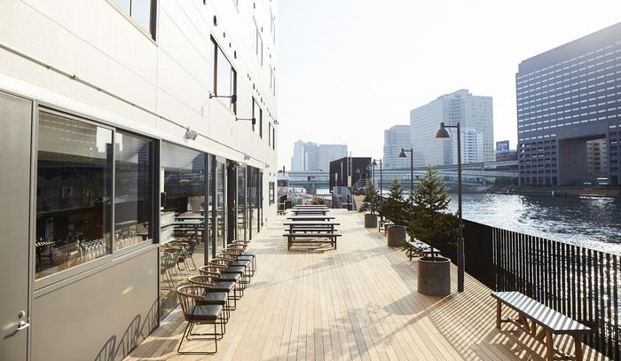 """「LYURO」は隅田川沿いに建つリバーサイドホテル。金沢で人気の宿泊施設「KUMU」や「HATCHi」を手がけるリノベーション会社「ReBITA」が手がけ、""""川の流れのように、旅する。""""をテーマにつくられました。  誰もが水辺での時間を楽しめるオープンな多目的スペース""""かわてらす""""は、近隣に住む人や宿泊者、隅田川散策をする人など、様々な人が思い思いに過ごせる、このホテルの""""顔""""ともいえる場所です。"""