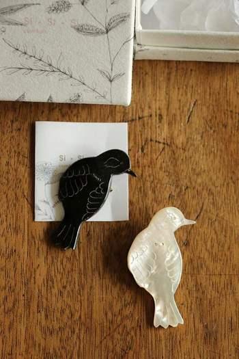 鳥をモチーフにした、白と黒の繊細なブローチです。小さすぎないサイズ感なので、洋服に着けるのはもちろん、ストールを留めるピンブローチ感覚で使うのも◎