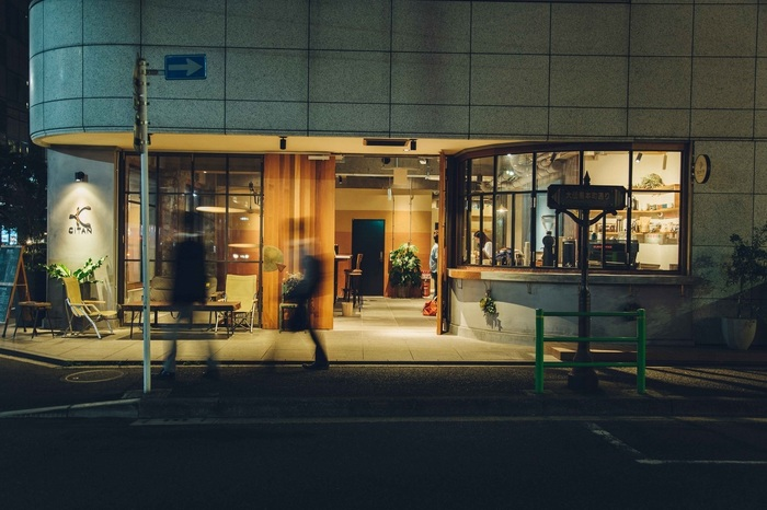 東日本橋に建つ「CITAN」は、2017年にオープンした夜の景色が似合うムーディーなホステルです。  1階は町にひらいたオープンなコーヒー店があるのですが、実はここの地下には隠れ家のようなお洒落なバーが。世界のお酒、料理、音楽、人が集まるおしゃれなダイニングバーが、30代を中心に人気を集めています。  様々な音楽イベントスペースを手がけてきた空間プランナー 藤田晃司さんが手がけたバーには、会社員や近隣に住む人が訪れ、憩いの場となっています。
