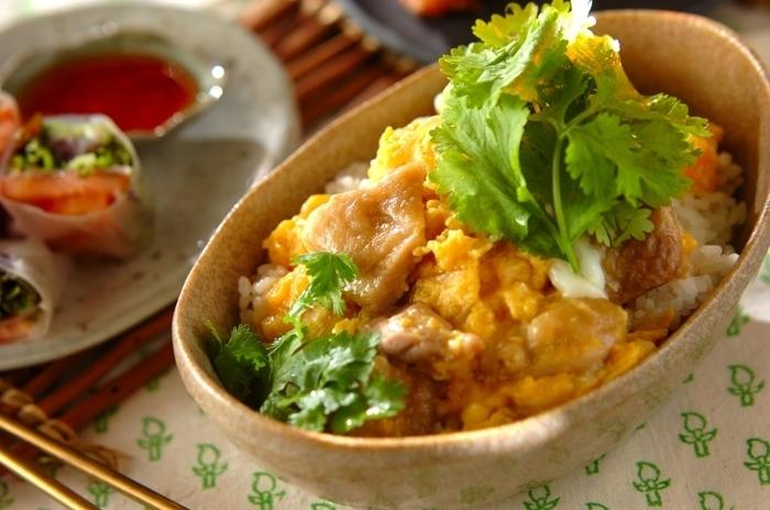 鶏もも肉をナンプラーと砂糖でソテー!生春巻などをサイドメニューに、休日のアジアンエスニックな食卓にいかが?