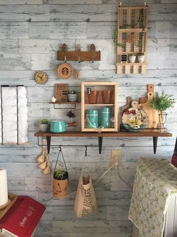 全体的にキッチンを模様替えするのがむずかしい場合は、壁面にカフェっぽい「見せるコーナー」を作る方法も◎  小さな棚に雑貨をディスプレイするだけでも、雰囲気が変わりますよ。