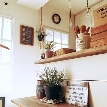 カフェ風キッチンの雰囲気作りに欠かせない、キッチンカウンター。 物を整理し、見せるアイテムにこだわりたい場所です。 カウンターはカラーボックスでも作れるので、DIYしたいですね。