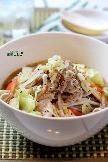 スープを丼で直接つくる点がユニーク!〈自家製調合スープ)を満たした丼に、炒めた野菜と中華麺を投入。