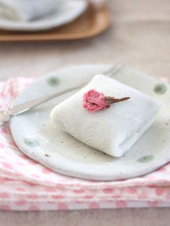 こちらは米粉ともち粉で作る桜餅のレシピです。生地はフライパンで焼けるのでクレープ感覚で作れますよ。もちもち食感の生地はおいしさの決め手。桜の花をのせて上品に盛り付けましょう♪