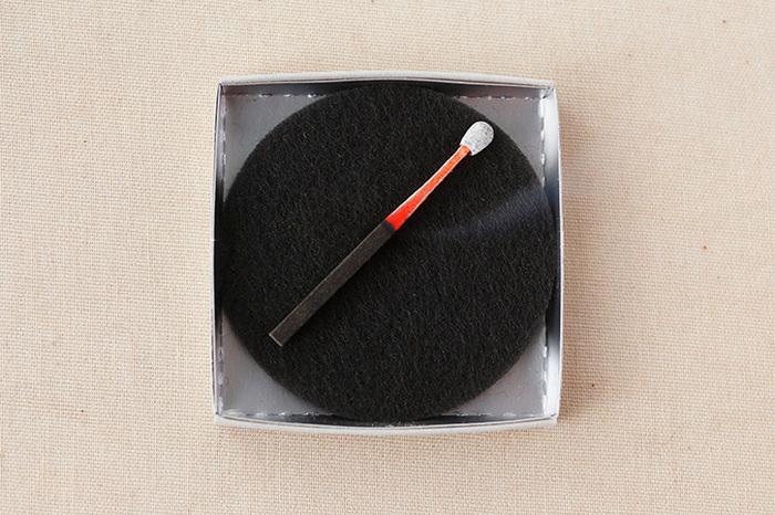 お香を寝かせて置ける、不燃素材の専用マットがついていて、お香にしっかりと火が燃え移る安全な構造も◎。お香もマットも軽くて小さいので携帯できて便利。