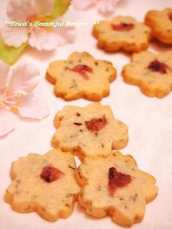 桜の花に型抜きしただけでなく、桜の葉や花びらを使い味わいも春ムード満点のクッキーです。焼き菓子なのでちょっとした手土産にもぴったり。一つひとつ袋に入れておすそ分けしても喜んでもらえそう。