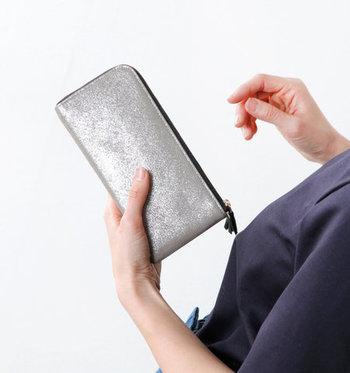「時に合わせて変化するタンポポの姿と、今を生きる女性の感覚を重ね合わせて新鮮な風を届けるブランド」を目指している「ポンタタ」。上品な光沢のお財布で金運を掴みましょう!
