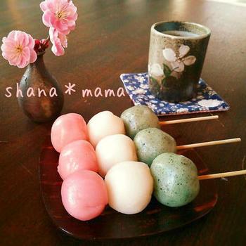 三色団子も春を感じられる和菓子のひとつ。こちらはシンプルな味わいと上新粉を使った本格派レシピです。調理は電子レンジでできるので、気負わずに挑戦してみてくださいね♪お好みの日本茶を合わせていただきましょう。