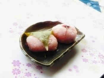道明寺粉の桜餅が食べたい方には、こちらのレシピがおすすめ。本格派レシピですが、電子レンジを使って、簡単な手順で作れます。食紅は入れ過ぎないように、桜の葉は見た目がキレイな方が表になるように巻くのがコツです。