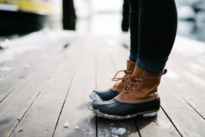 寒さが厳しい間は、足首までしっかりガードしてくれるブーツが活躍しますが、足が蒸れやすいため湿度が原因のしもやけになってしまう事も。また、パンプスなど先が細い靴は、足先を締め付ける事で血行を妨げるので、なるべく窮屈でない物を選んで履きましょう。