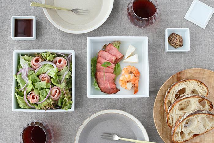自宅で親戚や友人を招いておもてなしするとき、オードブルやサラダを重箱に盛り付けるだけで、おしゃれなレストランのような雰囲気に。また、友人宅で持ち寄りパーティーをするときも、重箱に調理したものを入れていけば持ち運びもラクですね。