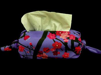 買ってきたままのティッシュの箱も、風呂敷で包んでみましょう。両端をキュッと結ぶだけでとても簡単です。さまざまな大きさのティッシュに対応できるのも、風呂敷ならでは。