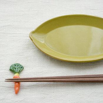 生き生きとした若葉を思わせる、グリーン色のプレート。レモンのような楕円モチーフは、サラダやトーストを盛り付けてもそでだけでサマになります。