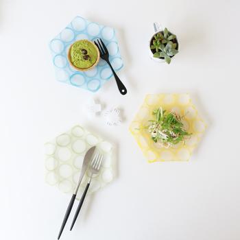 ほんのりとした透明感が印象的な六角形のプレートは、安達知江さんの作品です。春のミツバチを思わせるハチの巣柄がユニーク。フレッシュなグリーンの食材がよく映えそうですね。