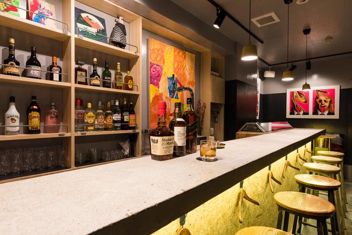 ゲストのための文字通りのチェックインポイントとして機能し、地元のアーティストがお互いに「チェックイン」してアイデアを共有するためのハブとして機能してほしい、と名付けられた1階のバー「Bar Front Desk」には、とても自然にアート作品が並びます。  アート作品と種類豊富なお酒、そしてゲストの存在を引き立たせるように、シンプルな家具は手作りなんだそうです。