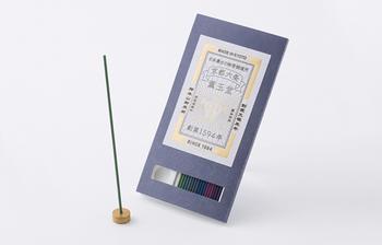 京都市の下京区にある仏教寺院西本願寺前に位置する香の老舗「薫玉堂」が、京都の名所や名物をイメージして調合したお香とお香立てのセット「試香」。