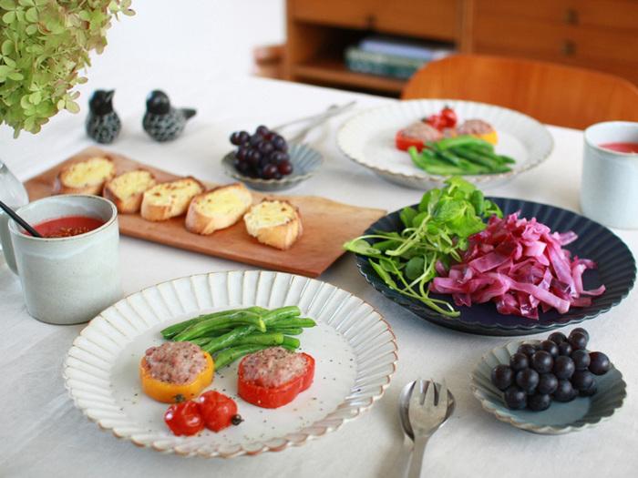 花モチーフのお皿を選ぶのも、テーブルを春らしく演出するポイント。ベーシックカラーの無地のお皿なら、ラインが個性的でも上品な印象にまとまります。