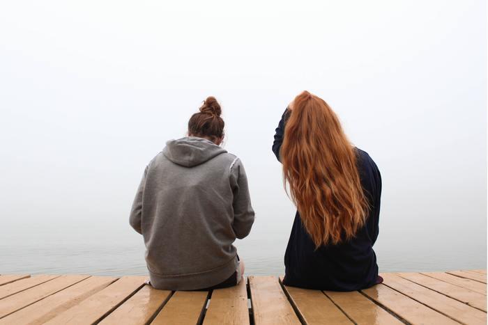 正解を伝えてあげようと、霧のようにモヤモヤした思考のなかを、さまよう必要はありません。  当人が誰かに話すということだけで、頭の中がすっきり整理できることがあります。 また愚痴は、誰かに聞いてほしいだけ、ということも。愚痴は吐き出すだけでも満足できてしまうこともあります。  時には、相手の負の感情を背負い込み過ぎずに、話を受け止め、流していきましょう。