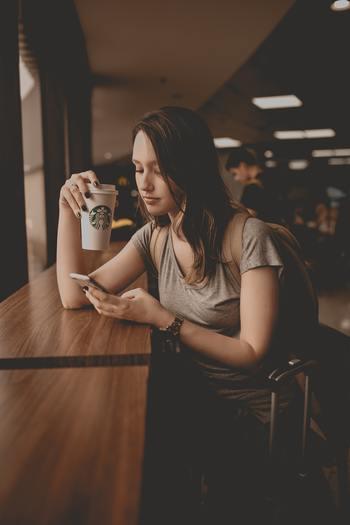 たとえば、毎日手にする携帯電話。携帯電話を手にするたびに自然と、InstagramやFacebook、TwitterといったSNSにアクセスし、他人の暮らしをチェックするのが、習慣になっていませんか?  チェックすることは駄目ではありませんが、しょっちゅうチェックしてしまうと、だんだん、自分の暮らしが味気なく感じてしまうものです。