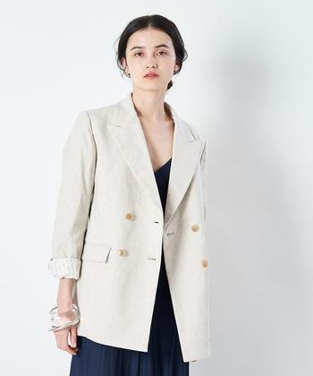 ビジネスシーンではスーツやジャケットスタイルが一般的ですが、最近はもう少し柔らかい印象の「オフィスカジュアル」を取り入れている会社が増えてきています。服装の基準は職場によって異なりますが、基本的にはTシャツ・パーカーなどのラフすぎる洋服や、ミニスカート・ノースリーブといった露出の多いものはNGとされています。