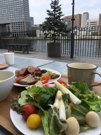 ランチメニューは、平日だけでなく土日も設けられているところも、嬉しいポイントです。  週末ランチの一番人気は、バーベキューグリル料理、築地直送野菜のサラダなど、様々な料理を楽しむことができる「BBQビュッフェランチ」。川辺りのテラス席で、心地よい風を感じながら食べられるのも、ここならではの特典です。
