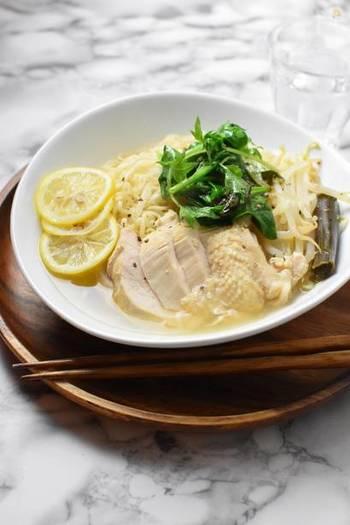 鶏むね肉をオリーブオイルでさっと炒め、蒸し焼きにする間にレンジでスープを作ります。コンソメの香りでちょっぴり洋風に。
