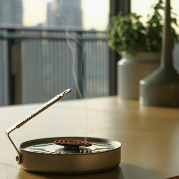 前述した小さな小さなお香を置くのにピッタリのアイテムがこちら「香遣/かやり」。