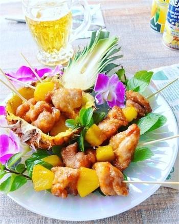 パイナップルの甘味と鶏肉の塩辛さを甘酢ダレがまとめて、ビールにもワインにも合う酢鶏串。