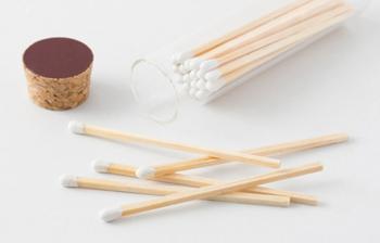 「試香」で紹介した京都市の下京区にある仏教寺院西本願寺前に位置する香の老舗「薫玉堂」の「ロングマッチ」。アイテム名通りに7.5cm以上という柄が長いマッチは、お香を焚くときにとっても便利。