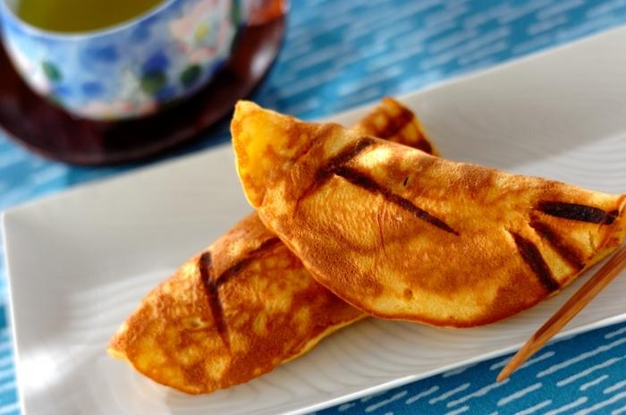 清流を泳ぐ鮎に似せた、初夏の定番和菓子。ふんわり柔らか、求肥が入ったやさしい味です。熱した金串を使って模様を描いてみましょう。