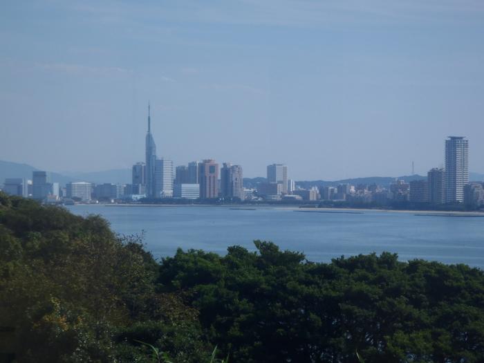 能古島からは福岡市内を見渡すことができます。晴れていると見通しが良く、福岡タワーやドームも近くに見えるんですよ。これだけ近い距離にありますので、週末のお出かけにはぴったり。福岡市内にいながら、島に流れる時間や空気を楽しむことができます。
