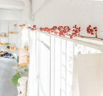 爽やかなホワイトベースやナチュラルベースのお部屋。 一方で、窓辺が寂しいと感じたら、季節のドライフラワーでアレンジする方法もおすすめです。  真っ白な窓辺に赤い木の実が映え、華やかな印象に。 カーテンレールの上に置くだけなので簡単ですね。