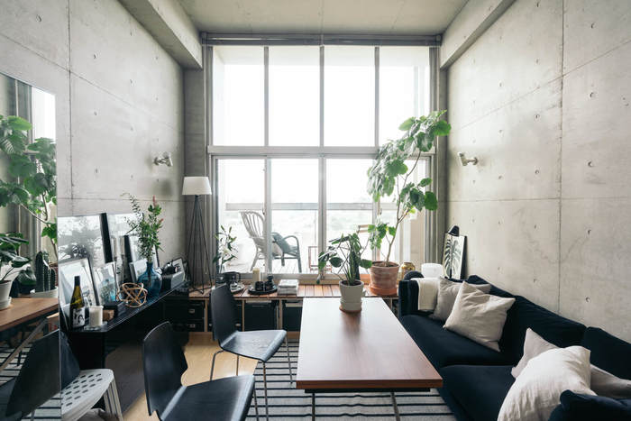 こちらのデザイナーズマンションでは、掃き出し窓にベンチボックスが備え付けられています。 ベランダへの出入り時には踏み台になり、ディスプレイスペースとしても使えます。