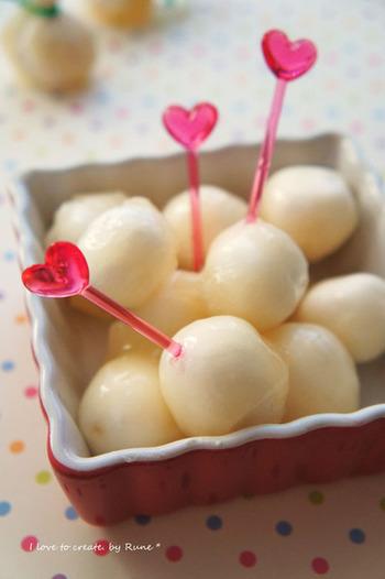 マシュマロを、ラムネ味に味付けしたゼラチン液にくぐらせれば、爽やかな味わいに。カルピス味のマシュマロを使ったレシピなので、作り方も簡単!