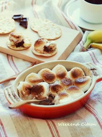 グラタン皿にバナナを敷き詰め、刻んだチョコレートを散らします。少し焼いたら一旦取り出して、マシュマロを乗せて再びオーブンへ。そのままでももちろん、ディップ代わりにクラッカーにつけても◎