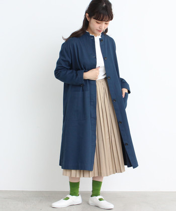 鮮やかな緑の靴下は、コーディネートに爽やかな風を運んでくれそう。コートより少し明るめの色をチョイスすることで、春らしい華やかさが♪